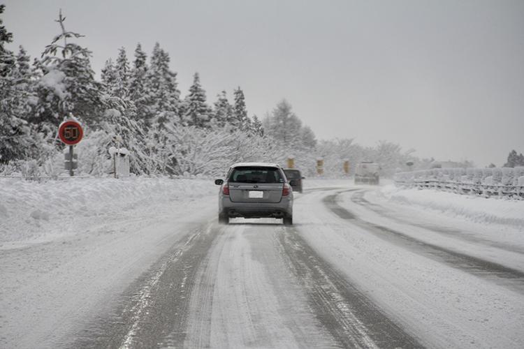 雪道のドライブイメージ